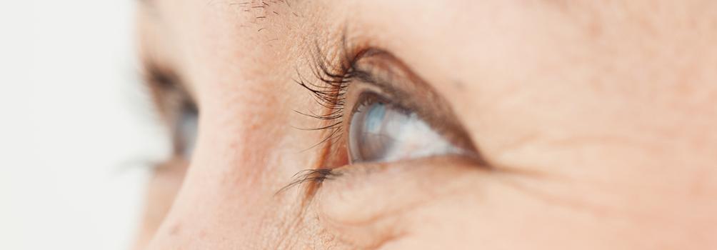 顔の印象を決定づける目のたるみは、正しい対策が必須